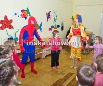 Человек паук и фокусник с животными