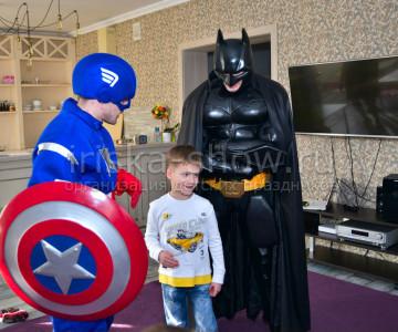 Бэтмен и Капитан Америка на празднике у Миши