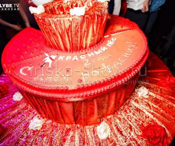 Гигантский торт сюрприз